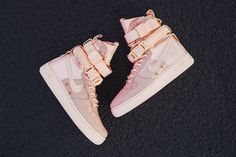 In the Nike Air Force 1 was introduced to the market for the first time - and because of that, the basketball legend by Nike! It is the Nike sneaker whi Winter Sneakers, Winter Shoes, High Top Sneakers, Sneakers Nike, Nike Air Force High, Nike Airforce 1, Sneaker Stores, New Nike Air, Sneaker Boots
