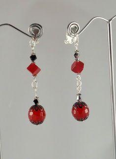 Boucles d'oreille rouges et noires en jade rouge rond et carré, et toupies de cristal noires-argent. Expédition dans le mode entier.