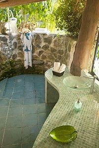 Amazing outdoor bathroom and shower - vacation rental in French Polynesian Outdoor Baths, Outdoor Bathrooms, Outdoor Rooms, Indoor Outdoor, Outdoor Living, Outdoor Decor, Outside Showers, Outdoor Showers, Beach Villa