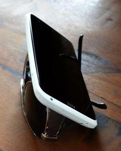 Tip pro: ¿Necesitas un soporte improvisado para ver algo en tu smartphone? Usa tus gafas!