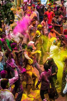 'Het festival van de kleuren' wordt het Heli festival ook wel genoemd. In India en Nepal vieren hindoes de overgang van de winter naar de lente.  http://www.333travelblog.nl/2013/03/kleurrijke-festivals/