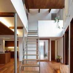 三角の吹抜けのあるチークの家  ( 奥沢の家 )の部屋 鉄骨階段と木製ベンチ