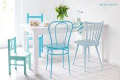 Küche mit bunten Stühlen in Blautönen