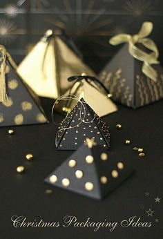Emballage cadeau en pyramide, Christmas Packaging Ideas via Cafe noHut Christmas packaging ideas: paper pyramid boxes in black and gold designs . looks like they could serve double time as tree ornaments too . Pretty favors or table decor via Cafe noHut C Gold Christmas, Christmas Holidays, Christmas Crafts, Christmas Ornaments, Christmas Ideas, Pretty Packaging, Gift Packaging, Packaging Ideas, Luxury Packaging