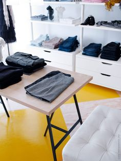 aha - clothes just on top of the drawers too. Rum, Drawers, Desk, Boutique, Interior Design, Inspiration, Furniture, Wardrobes, Business