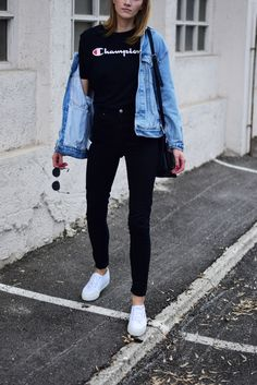 Champion has became quite trendy on social media and it got to me too. Those old school brands get under your skin in a second! It's all about old school sweaters and shirts and tracksuit. shirt- Champion pants- Asos (here) jacket- Levi's vintage (her