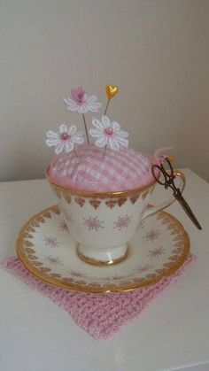 Here are the best Shabby Chic Christmas Decor ideas that'll give your room a romatic touch. From Pink Christmas Tree to Shabby Chic Christmas Ornaments etc Fabric Crafts, Sewing Crafts, Sewing Projects, Craft Projects, Shabby Chic Kranz, Shabby Chic Crafts, Teacup Crafts, Shabby Chic Christmas, Sewing Notions