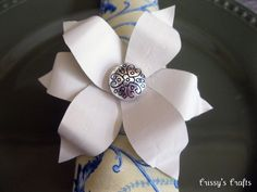 Crissy's Crafts: Flower napkin ring made from soda cans Glass Plate Flowers, Metal Flowers, Diy Flowers, Paper Flowers, Fabric Flowers, Recycle Cans, Diy Cans, Recycling, Soda Can Flowers