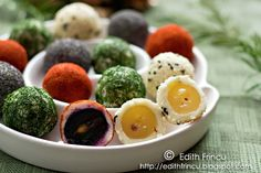 sprinkled with paprika, dill, poppy seeds, and white or black sesame. Like savory truffles. No Cook Appetizers, Appetizer Recipes, Edith's Kitchen, Tapas, Do It Yourself Food, Great Recipes, Favorite Recipes, Fresco, Midweek Meals