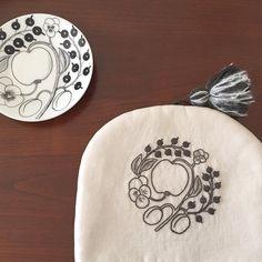 「ちょっと秋が深まり紅茶を飲むことも多くなりました。 ✳︎ ✳︎ ブラパラ柄を刺繍したティーコゼー、今年もそろそろ使います。…
