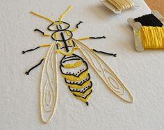 Anatomical Dragonfly modern hand embroidery por KFNeedleworkDesign