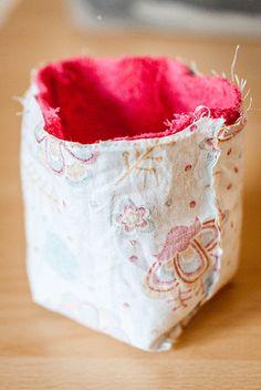 Lingettes lavables et panier de rangement réversible - Karine Wonderland Coin Couture, Free Gifts, Patches, Sewing, Wonderland, Crochet, Cards, Handmade, Diy
