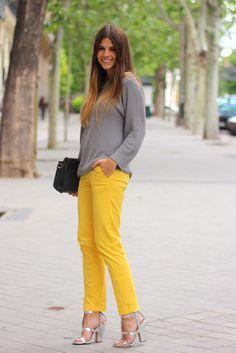 trendy_taste-street_style-outfit-look-grey_sweater-yellow_pants-hakei_bag-pandora-zara-silver_sandals-sandalias_plateadas-pantalones_amarillos-9