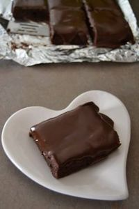 Brownie Sheet Cake - this dessert recipe is so good. It's a mix between a brownie and chocolate sheet cake. Just Desserts, Delicious Desserts, Dessert Recipes, Chocolates, Greek Sweets, Sheet Cake Recipes, Brownie Cake, Brownies, How Sweet Eats