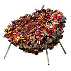 Non sans rappeler la frappante campagne de publicité pour Mark & Spencer , Rag Chair du studio Droog Design est composée d'une quinzaine de sacs de vieux vêtements. Chaque chaise est uniq…