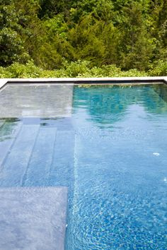 House, East Hampton  Photographer: Laurie Lambrecht Gunite pool with travertine coping.
