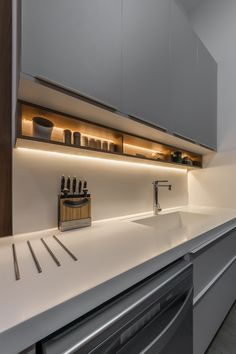 Cozinha moderna cinza com bancada branca. Minimalist Kitchen Design, Kitchen Inspirations, Home Decor Kitchen, Kitchen Furniture Design, Kitchen Room Design, Small Kitchen Design Apartment, Modern Kitchen Trends, Modern Kitchen Design, Kitchen Design Trends