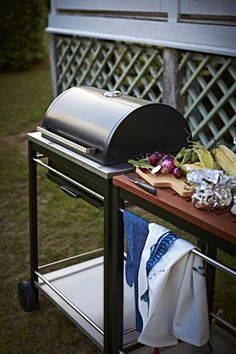 With the KLASEN charcoal grill and KLASEN utility cart from IKEA you get a cooking area combined with a practical area to put both serving plates and barbecue accessories.