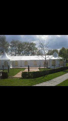 Bij mooi weer de zijzeilen eruit en extra terrasje buiten de tent!