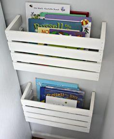 Hazlo tú mismo: cajas de madera cortadas por la mitad y usadas como estanterías