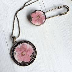 Hibisco pendant and brooch available at carruselbazar.bigcartel.com