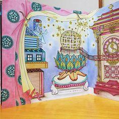 Instagram media icekureem - The Time Chamber next page The Mysterious Cabinet and the Clock 〜不思議なキャビネットと時計〜左ページ 妖精は、少女のベッドの下で、新しい遊び場を見つけました。 #コロリアージュ#おとなのぬりえ#大人の塗り絵#時の部屋#ダリアソン #coloriage #coloringbook #colouringbook #adultcoloringbook #thetimechamber #dariasong 背景、カーテンは模様入り、リバーシブルをパステルアイシャドウで 空き箱のお家、万華鏡を煙突に見立てました ウサギの脚のライト兼、お香立て 内側が光るように色鉛筆で アンティーク時計は、小豆色とこげ茶、ゴールド(黄色 黄土色 こげ茶)を装飾✨時計が内側の箱 中央に浮いてる⁉️と捉えて ペン立ては陶器白抜きに影をつけて丸みが出るよう