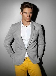 Como combinar unos pantalones amarillos