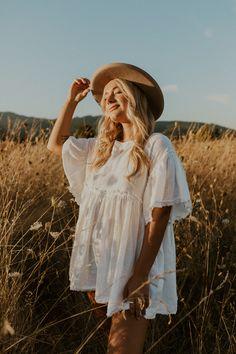 Senior Girl Photography, Portrait Photography Poses, Photography Poses Women, Portrait Poses, Country Girl Photography, Senior Portraits Girl, Photography Styles, Senior Girl Poses, Flower Photography