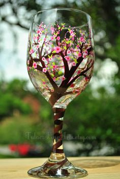 10 Hand-Painted Wine Glass Ideas With Trees! Diy Wine Glasses, Decorated Wine Glasses, Hand Painted Wine Glasses, Wine Glass Crafts, Wine Craft, Wine Bottle Crafts, Wine Bottles, Bottle Painting, Bottle Art