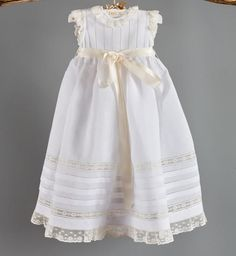 Faldón bautizo 100% lino blanco con encajes en hueso, todo confeccionado a mano. Girls Baptism Dress, Baptism Outfit, Christening Outfit, Little Girl Dresses, Flower Girl Dresses, Lace Christening Gowns, Baby Overall, Angel Gowns, Baby Gown