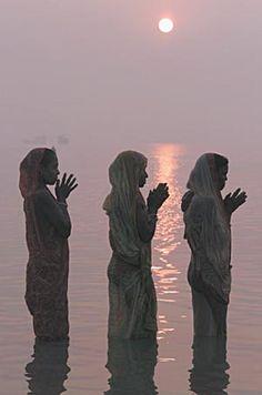 Rezando en el Ganges.