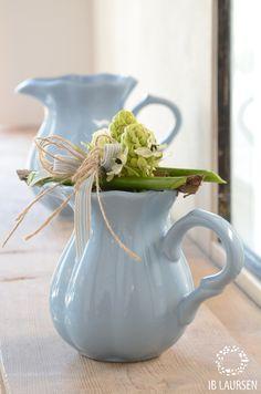 Mooie blauw kan van Ib Laursen. Niet alleen om een lekker sapje uit te schenken maar ook mooi ter decoratie. www.babyshopathome.nl/voor-mama