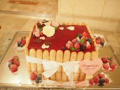 ベリーソースがたっぷりのいちごのケーキ。 イチゴはセンス良くポイントで。
