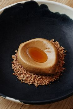 Walnut ice cream with coffee and uda oil This clever walnut ice cream recipe from Jeremy Chan relies entirely on the fat inside the walnuts to eventually set the ice cream, giving the final result an incredibly pure and intense walnut flavour. The base of Frozen Desserts, No Bake Desserts, Delicious Desserts, Dessert Recipes, Ice Cream Plating, Great British Chefs, Ice Cream Recipes, Coffee Recipes, Plated Desserts