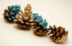 KARÁCSONYI DEKORÁCIÓK: Meseszép karácsonyi toboz dekorációk Dip Dye, Pine Cones, Advent, Dips, Stud Earrings, Fall, Floral, Flowers, Projects