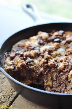 Dark Chocolate Chip Skillet Cookie ~ A quick, one-dish chocolate chip cookie, made entirely in a skillet! Chocolate Chip Cookies, Skillet Chocolate Chip Cookie, Skillet Cookie, Dark Chocolate Chips, Köstliche Desserts, Chocolate Desserts, Delicious Desserts, Dessert Recipes, Yummy Food