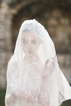 Long lace wedding veil by CathyTelle on Etsy Cotton Wedding Dresses, Hijab Wedding Dresses, Disney Wedding Dresses, Hijab Bride, Bridal Veils And Headpieces, Wedding Veils, Lace Wedding, Dream Wedding, Fantasy Wedding