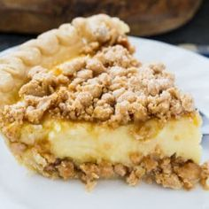 cookie butter pie Peanut Butter Crunch Pie has a crunchy layer of peanut butter on the bottom and top. Sandwiched in between is a creamy custard layer. This easy pie is no-bake except for the pie crust. Just Desserts, Delicious Desserts, Yummy Food, Pie Recipes, Cooking Recipes, Drink Recipes, Mousse Au Chocolat Torte, Peanut Butter Recipes, Gourmet