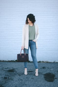 Welcome to Budget Week here on the blog! This will be a 3 part series and we are starting off with an early spring casual date night outfit inspiration!