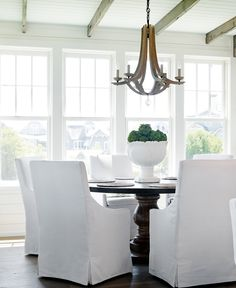 round dining table, light pendant