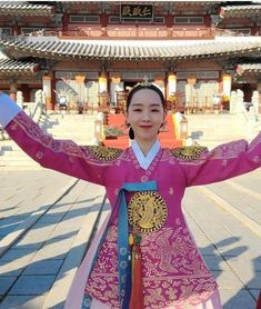 Korean Traditional Dress, Traditional Dresses, Best Kdrama, Korean Hanbok, Beautiful Love, Sari, Culture, Queen, Fashion