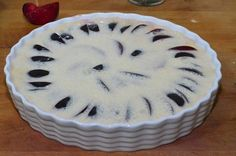 A szilvát sütőformába tette, ráöntötte a tésztát, betette a sütőbe, kis idő múlva elkészült a világ legfinomabb édessége! - Bidista.com - A TippLista!