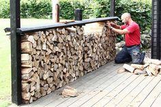 Ved at stable brænde op langs terrassen kan du få læ hele sommeren, og brændet ligger godt i læ. Du kan nemlig dække stakken med et tag, der hæves og sænkes i takt med stakkens højde.