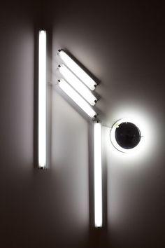 artist ivan  navarro | Nowhere Man XI  Lampada Fluorescente,energia elétrica // Variáveis // 2009
