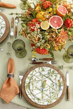 Birds, flowers and fruit - Vamos Receber Table Arrangements, Floral Arrangements, Table Setting Inspiration, Beautiful Table Settings, Deco Table, Home And Deco, Decoration Table, Place Settings, Dinner Table
