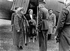 dit is een afbeelding genomen toen koningin in nederland aankwam toen de oorlog in nederland was afgelopen