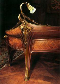Louis Majorelle - Bureau 'Orchidées'. Acajou, bronze doré.