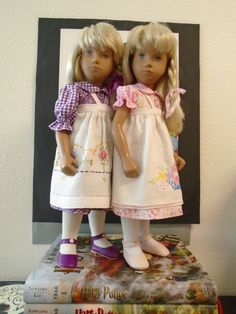 Videgreniers has created more dresses These sets are inspired by the garden :- a dress with an apron over the top Both of the dress seen together Smocked Dresses, Sasha Doll, Smock Dress, Bjd Dolls, Countries, Doll Clothes, Apron, Underwear, Flower Girl Dresses
