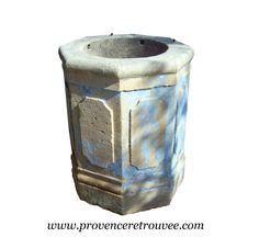 Puit ancien en pierre taillé dans un seul et même bloc de pierre. Sa forme extérieure est octogonale. Les huit faces sont sculptées. Un pièce unique.