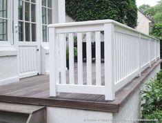 Railing for terrace and balcony hardwood painted white - Terrasse Balcony Railing, Deck Railings, Exterior Siding Options, Balcony Lighting, Diy Pergola, Pergola Kits, White Paints, Architecture Details, Backyard